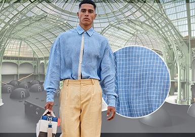 虽然有少数大品牌在2021春夏男装时装周回归线下实体秀,但线上发布还是疫情背景下的主流形式。本季线下开门办秀的品牌是极少数,不过依旧有相当数量的品牌选择了保留传统走秀形式,并在线上进行了直播,这其中包括?Prada、Versace、Balmain 等,其他品牌为了弥补线下展会的遗憾,纷纷寻找新途径以展示新一季产品系列。部分品牌移步小型showroom推广lookbook及订单,其它品牌则选择了入驻大型线上平台的新玩法。整体来看本季男士衬衫多以松垮的造型、细腻舒适的质感为主,以及柔和色调和度假感印花等,无一不体现出本季男士衬衫的休闲舒适以及极简实用的基调。
