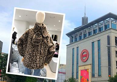 本报告对韩国东大门市场的资料进行了整理分析,韩国市场整体款式减龄带有设计感,其中最受欢迎的是拼接设计,拼接设计中以荷叶边的元素拼接穿插整个市场,针织面料与梭织面料之间的碰撞明显回热。羊羔毛面料是今年市场表现最强的面料,值得投资。