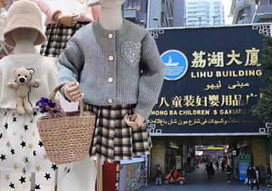 对本次广州中三八童装市场的资料进行了整理分析,翻领、双重领、局部网纱、立体感装饰等个性鲜明的设计越来越受市场所青睐,而中国风、小香风等款式经过几季沉淀在设计以及材质上更显精致时尚。