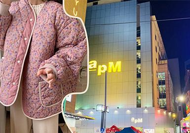 本次报告整理分析了韩国东大门近期热销实穿款式,其中最受欢迎的款式是轻薄夹棉印花奶奶风外套,且细节上除标志性的印花外,以深V领为主要表现。毛衫单品在韩国市场的占比依然很大,细节上以钩织图案增添新意。改良版的工装外套、战壕式大衣以及无绗缝外套都是新一季的实穿百搭款式。