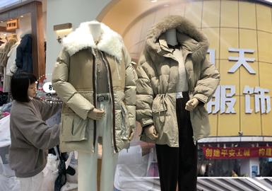 杭州四季青服装市场,是中国最具影响力的服装一级批发与流通市场之一,焕发着蓬勃的时装的生命力。经历过磨难的四季青恢复了以往的热闹景象,虽然线上直播销售还是各个店主正在积极跟随的销售模式,而今线下拿货的人还是络绎不绝,从凌晨时分,各地的服装商人已经蓄势待发,市场组成:意法服饰城、新中洲、常青、九天国际、四季星座、新杭派、之江女装、一号基地、四季钱塘、置地国际等等。