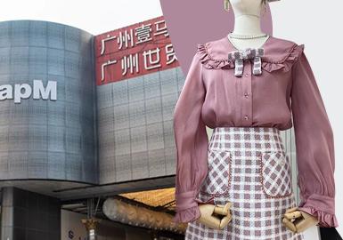 广州女装最新行情是各个档口纷纷进行直播带货,以及来自不同省份进行现场拿货的直播场景,批发盛况在年后更加的繁荣。年后广州批发市场已经进入2021春夏成衣款式,从众多门店最新产品情况来看,春夏季节的小衫是最基础也是变化最多的设计之一;2021春夏新款中也会夹杂少量的春季小香风外套、针织马甲进行组合搭配;因此2021早春小香风外套、针织马甲单品也是不容忽视。从整体的女装批发市场款式分析出:截短小香风外套、蝴蝶结设计应用、精致双层领、珍珠&砖装饰以及运动卫裤单品均是此次重点分析内容。 ?