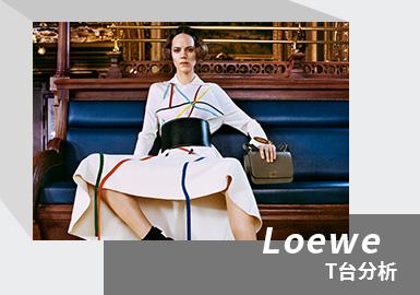 Loewe 2021秋冬系列女装秀造型图册,围绕着摄影师Fumiko Imano对超模Freja Beha Erichsen的人物刻画展开。倾尽情感,魅力十足,饱含色彩,是一场将服装用色与廓型呈现至极致的视觉盛宴。新一季时装秀一改奢侈品采用的数字展示媒介方式传播,转而选择报纸副刊及附文这一印刷品形式展示全新系列,在全球范围内精选不同宽幅的出版物进行发布。该系列在整体廓形和表面处理上,几何概念都占据主导地位。本季以通勤套装和晚礼裙为核心单品。曲线与直线交替相应,坚挺亦流动,而绗缝、印花、嵌花和提花工艺则更加放大了整体造型的综合魅力,令人目不暇接。