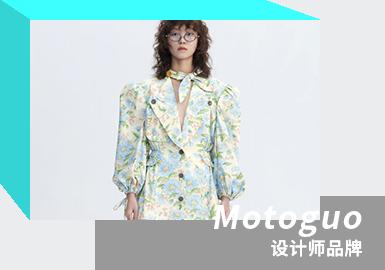 来自马来西亚的华裔设计师Moto Guo,于2015年同商业合作伙伴Jay 合作创立了他的同名品牌,后迎来 Kinder 加入,成为第二位创意总监。Motoguo的所有系列都是Moto和Kinder 古怪个性的奇异组合,两人亦是同性恋人身份,系列产品从不为男装或女装设限,Moto 主要掌握对服装基本功能的感性操纵,Kinder 主要把握服装的创造性想象力与美感。新季度一如既往以往季代入新季的方式为新系列主题和故事续话,在一切似乎都停滞不前的艰难时期,品牌的重心转移到微妙之处。从他们亲密朋友的成就和认可到该品牌自己的迷你里程碑,他们所知道的每个小新闻都是甜蜜温暖的。这些积极性共同创造了情感层次,这些情感蕴含了本系列的精髓。Motoguo的2021春夏系列是对他们最珍爱的人的爱,幸福和祝福的写照。
