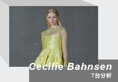 "Cecilie Bahnsen 是2015年创立于丹麦哥本哈根的设计师同名品牌。设计师Cecilie Rosted Bahnsen 毕业于英国皇家艺术学院,曾在Christian Dior、Erdem 与 John Galliano 工作。2017年入围""LVMH Prize""后开始受到关注。设计师擅长打造略带古典气息的廓形,每季的面料均由创始人手工设计,浪漫、富有立体感的剪裁是品牌一大特色,春夏秋冬系列从不缺娃娃裙和泡泡袖设计,夸张蓬松的袖口裙摆梦幻又浪漫。2021/22秋冬主题为""The City"",设计灵感源于丹麦受疫情封锁,被城市的空旷之美所启发。系列围绕浪漫主义、女性化与典型的斯堪的纳维亚风格进行;手工面料、蓬蓬袖、绗缝、荷叶边、后系带是品牌的灵魂元素,Bahnsen喜欢采用黑白做主色调,童话般鲜明柠檬黄色彩,为浪漫氛围增添醒目意味。柔软针织与欧根纱和丝绸结合,轻巧亲肤,流露熟悉的北欧仙气。系列中翻滚袖连衣裙、精致蝴蝶结缀饰、优雅裹身剪裁、花卉刺绣等设计元素,都在展现 Bahnsen 掌控布料与剪裁的功力。"