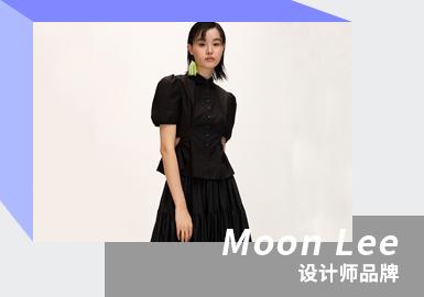 韩国独立设计师品牌Moon Lee于2015年在伦敦成立,设计师In joo Lee毕业于伦敦时装学院, 毕业后建立了自己的品牌。品牌中的Moon取自Inju.Lee设计师母亲的姓氏, 而Lee则取自父亲的姓氏, 两者相结合。因母亲是一位韩服设计师父亲是一名雕刻家, Moon Lee品牌就是结合了母亲的设计风格和父亲的审美而创造出来的。设计师以品牌为载体,表达自己的情感和对时事的反应。她用布料作为画布,融合了现代图案切割技术,并对传统的韩国纺织品进行了传统的袭承。因其大胆的用色和设计,短时间内便赢得了时尚媒体的追捧和喜爱。精妙绝伦的手绘刺绣,充满了艺术家般的风情。每一个图案,每一条纹路,大胆的色块拼接都是设计师无与伦比的才情与想象。廓形简单却充满趣味,适合各年龄段女性对个性设计的追求。