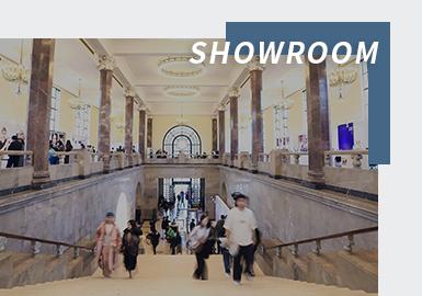 随着中国时尚业发展,买手行业的崛起,showroom为人所熟知。时装周具备展示和发布的功能,但缺乏最为重要的订货环节。而showroom则成功帮助设计师品牌完成了批发预订,让时尚成为了一宗可变现的买卖,也是产业链最核心的环节。该模式已经成为推动设计师品牌加速与市场碰撞的关键渠道,带动起整个时尚产业往良性的方向稳步发展。Showroom比传统的展会要更加的专业和精致,它除了涵盖传统展会具备的一切要素外,更加懂得买手的需求与设计师商品的风格。专业的Showroom有更加精准的市场定位,以极具个性化的展示,吸引媒体、博主和买手。showroom为时尚买手提供了与设计师互动的机会,可以更好的了解设计灵感与一手信息;showroom里买手可以近距离观看设计触摸面料,直观感受剪裁与细节,同时为广大买手、设计品牌提供了沟通交流的平台,年轻品牌可以更广泛的接受市场测试和反馈,实现快速成长。目前,上海SHOWROOM主要包括MODE、OntimeShow、TUDOO、DFO、ALTER、Not和TUBE等。