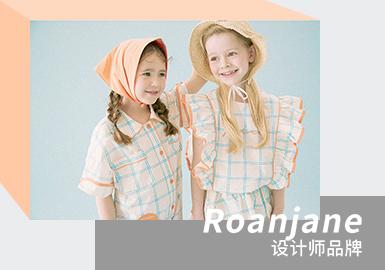 """来自韩国的童装设计师品牌Roanjane,善于运用纯度色彩打造时尚单品,夸张的荷叶边,叠穿的效果是品牌的设计理念,男女童不分性别的款式穿搭,混搭手法也是品牌推崇的搭配风格,对比色强烈,且擅长运用特有设计的""""小配件"""",点亮每件时尚单品。"""